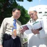 在清真寺向伊斯蘭教長分享《文化中國》的文章