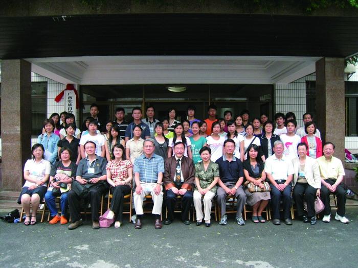 2008年文更探訪隊和考入大學的同學合照